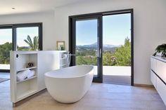 Master bedroom bathroom     freistehende Badewanne    modern bathrooms   Badezimmer mit Gartenblick