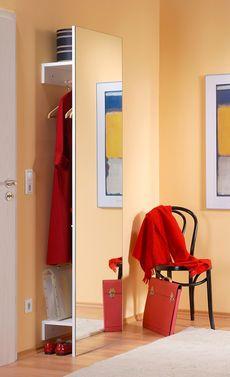 Versteckte Garderobe: Jacken und Schuhe werden hinter einen Spiegel gehängt. Tolle Idee, die man als Heimwerker selbst machen kann.