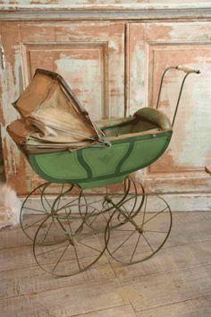 Landau Vintage, Vintage Pram, Vintage Toys, La Madone, Prams And Pushchairs, Baby Buggy, Dolls Prams, Pram Stroller, Ann Doll