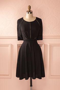 La sobriété de la robe noire sera rapidement pimentée d'un trait de rouge à lèvre.  The black dress' sobriety will quickly be spiced up with a dash of lipstick.
