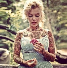 What Marilyn Monroe And Other Celebrities Would Look Like If They Were Covered In Tattoos. I normally hate pics of her covered in tattoos, but it was kinda funny to see other celebs covered in tatts! Especially the former First Lady Jackie Kennedy. Marilyn Monroe Tattoo, Marylin Monroe, Marilyn Manson, Jackie Kennedy, Hollywood Icons, Classic Hollywood, Fake Celebrities, Celebs, Celebrities Tattoos
