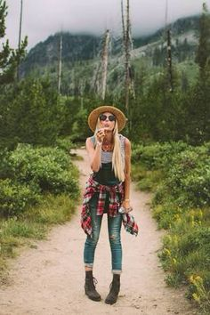 Hiking in Grand Teton National Park Wandern im Grand Teton National Park mit Overall, Streifen, Plaid und Strohhut Cute Hiking Outfit, Hiking Wear, Summer Hiking Outfit, Hiking Outfits, Hiking Boots Outfit, Cute Camping Outfits, Go Hiking, Mountain Hiking, Outfits Con Camisa