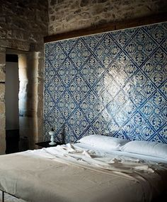 Amazing Tiles at Casa Talia in Modica, Sicily Design Hotel, House Design, Wall Design, Boho Home, Blue Tiles, Delft Tiles, White Tiles, Blue Mosaic, Home Bedroom