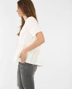 Blusa ancha con volante - Cultiva un minimalismo chic y femenino con este top, perfecto...