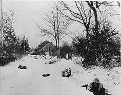 Les troupes de la 7e Division blindée avancement le long d'une route en direction de St. Vith en Belgique Troops of the 7th Armored Division advance along a road towards St. Vith in Belgium