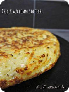 1kg de pommes de terre 3 oeufs 2 oignons 50g de beurre Sel Poivre Herbes de provence Éplucher, laver et râper les pommes de terre à l'aide d'une mandoline, égoutter bien . Battre les oeufs en omelette, assaisonner et mélanger aux pommes de terre. Ajouter les oignons hachés Fondre la moitié du beurre dans une poêle puis repartir le mélange en tassant bien pour former une galette. cuire à feu moyen 15 min. Retourner la galette sur une assiette. Fondre le reste de beurre et cuire 15 min.