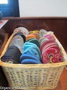 se você tem muitos chinelos, acomodá-los em uma cesta poupa espaço.