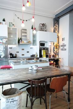 Check Out 23 Inspiring Eclectic Kitchen Design Ideas. The eclectic kitchen includes merging of various styles, for instance adding contemporary kitchen island and mis-matching it with exposed wood beams. Eclectic Kitchen, Kitchen Interior, Parisian Kitchen, Interior Livingroom, Kitchen Dinning, Kitchen Decor, Open Kitchen, Dining Room, Kitchen Chairs