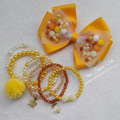 Simplesmente apaixonada nesse Kit...❤❤❤   #kitlaçoepulseiras #laçarotes #laços #pulceiras #pulseir - vaniarequieri_atelie Handmade Hair Bows, Diy Hair Bows, Ribbon Hair, Handmade Jewelry, Chunky Bead Necklaces, Pretty Necklaces, Beaded Bracelets, Kids Jewelry, Hair Jewelry