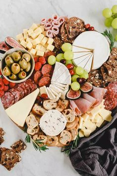 A cheese board or charcuterie board can be the star of any holiday gathering. With a wide variety of cheese, meat, fruits, bread and crackers, it's versatile and delicious. Even better, they're fun and easy to make! Learn how to build a simple cheese board for your parties. #cheeseboard #howtobuildacheeseboard #howtomakeacheeseboard
