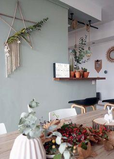 Comme j'adore cette période, j'ai profité pour réaliser un dernier DIY tout simple pour ma décoration de fêtes. Une couronne de Noël revisité ou mieux disant, uneétoile en bois transformé en couronne fleurie. Je voulais lui donner un air plutôt bohème, pour créer une ambiance naturelle et végétale. ça y est, après mes tables de fêtes plutôt scintillantes et sophistiqués, je reviens à mes inspirations de base. Ma décoration de Noël sera épurée, poétique et aérée comme celle de l'année…