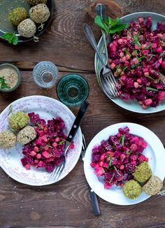 Rødbedesalat med kikærter og tahindressing er på trods af sine kun 4 ingredienser vanvittig lækker og garanterer en tom salatskål hver eneste gang.