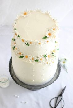 Sprinkle Bakes: love this pretty white cake with daisies, a 90th birthday cake!