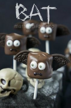 {Full picture tutorial included, plus other Halloween inspired marshmallow pops}Bat Marshmallow Pop! {Full picture tutorial included, plus other Halloween inspired marshmallow pops} Halloween Cake Pops, Halloween Desserts, Hallowen Food, Soirée Halloween, Halloween Party Treats, Halloween Goodies, Holidays Halloween, Holiday Treats, Holiday Fun