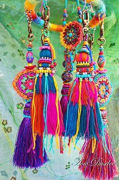 Happy Tassels | Flickr - Photo Sharing! Pom Pom Crafts, Yarn Crafts, Fabric Crafts, Diy And Crafts, Arts And Crafts, Deco Boheme, Deco Originale, Textile Art, Tassels