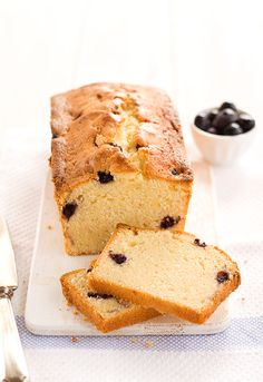 Lemon & blueberry cake: a combination of sharp and buttery flavours. Yummy Treats, Sweet Treats, Yummy Food, Blueberry Pound Cake, Cake Bars, Bread Cake, Best Food Ever, Dessert Recipes, Desserts