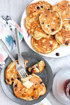 THE Best Blueberry Banana Pancakes — not too thin, not too fluffy, full of flavor, loaded with fresh sweet blueberries, and topped with as much maple syrup as you deem responsible. Brunch Recipes, Breakfast Recipes, Snacks Sains, Savoury Cake, Crepes, Clean Eating Snacks, The Best, Food To Make, Maple Syrup