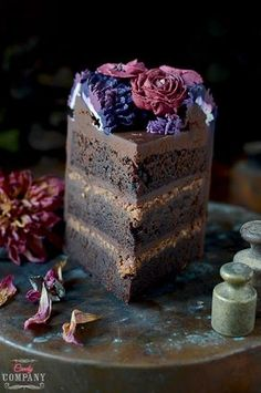 Amazing chocolate cake with crunchy praline layer, very intense chocolate flavor and beautiful buttercream flowers wreath decoration Chocolate Flavors, Chocolate Cake, Vegan Junk Food, Vegan Smoothies, Buttercream Flowers, Sweets Cake, Vegan Kitchen, Food Cakes, Vegan Sweets