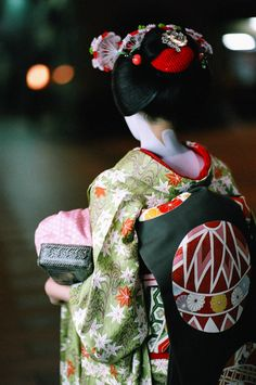 Maiko in GreenBlack and Red kimono, obi with temari pattern. Looks like it was in autumn, as she's wearing a kimono with maple leaves Geisha Japan, Geisha Art, Geisha Samurai, Japon Tokyo, Kimono Japan, Memoirs Of A Geisha, Turning Japanese, Japanese Outfits, Japanese Fashion