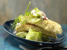 Sesam-Fischstäbchen - smarter - mit würzigem Gurkensalat - smarter - Kalorien: 513 Kcal - Zeit: 30 Min. | eatsmarter.de Fischstäbchen selber machen .. Yeah!!!