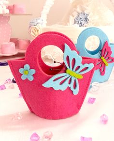2015 yılı Bayanlar, genç kızlar ve kız çocukları için birbirinden güzel keçe çanta, keçe taç, keçe patik modelleri Foam Crafts, Diy And Crafts, Crafts For Kids, Diy Craft Projects, Sewing Projects, Fancy Nancy, Felt Baby, Felt Patterns, Craft Bags