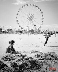 Fleeting emotions. #leica #blackandwhite #streetphotography #leicat #children #rimini #riminibeach #ruotapanoramica #run by robertoceccanti