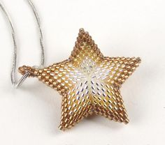 Peyote Star Pendant -- I particularly like how they used different colors of beads to enhance the effect. Peyote Patterns, Star Patterns, Beading Patterns, Star Pendant, Beading Projects, Beading Tutorials, Seed Bead Jewelry, Beaded Jewelry, Seed Beads