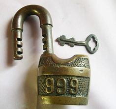 Cadenas anciens et leurs clefs, histoires des clés et leurs serrures. Antique Door Knobs, Antique Keys, Antique Doors, Vintage Keys, Cles Antiques, Skeleton Key Lock, Safe Door, 24 Hour Locksmith, Window Boxes