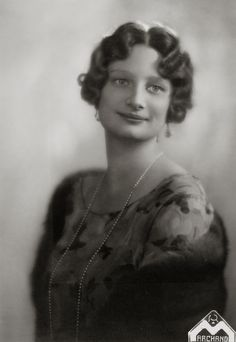 H.K.H. Astrid, Prinses van België, Hertogin van Brabant. 1934, bromide foto formaat 12 x 17 cm. Foto gemaakt door Robert Marchand, uit de verzameling van Wilfried Vandevelde.