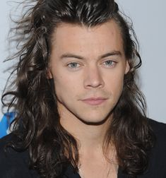 See harry styles wear the black nail polish that broke the internet when fa Harry Styles 2011, Harry Styles Long Hair, Harry Styles Cute, Harry Styles Pictures, Harry Styles Imagines, Harry Edward Styles, Black Nail Polish, Black Nails, Harry Styles Wallpaper