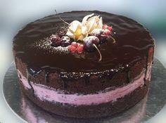 Naked cake de chocolate com recheio de frutos do bosque