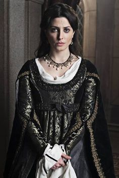 "Juana de Avis portrayed by Bárbara Lennie in the spanish series ""Isabel, mi Reina"": Renaissance Mode, Renaissance Fashion, Medieval Dress, Medieval Clothing, Historical Costume, Historical Clothing, Barbara Lennie, Period Outfit, Haute Couture Fashion"