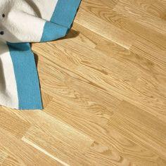 3-stav Eik Classic oljet er et parkettgulv med naturlig fargespill og lite kvist. Parketten har en mellombrun farge. Fargen er helt tidløs og gir et lunt innemiljø.  Den oljede overflaten gir god kontakt med treet og gjør at parketten er ekstra lun å gå på Hardwood Floors, Flooring, Classic, Wood Floor Tiles, Wood Flooring, Classical Music, Floor, Floors
