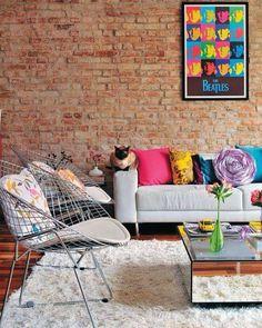 Almofadas coloridas quadros e pequenos enfeites com cores fortes deixam a decoração da sala mais alegre e divertida perfeito para quem gosta de um ambiente jovem e descolado. #mobly #moblybr #sala #livingroom #color #cores #decor #decoration #instadecor #instahome #casa #home #interiordesign #homedesign #homedecor #homesweethome #inspiration #inspiração #decoracaodeinteriores