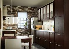 暗い色合いのキッチンキャビネットに、明るい照明でキッチンを使いやすく