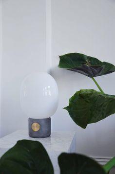 De JWDA lamp heeft een betonnen voet en een messing knop waarmee je de lamp kunt dimmen. Met een opaalwitte glazen kap waarmee je een aangenaam diffuus licht krijgt.