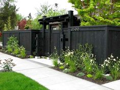50 Stunning Backyard Privacy Fence Decoration Ideas On A Budget (18) Privacy Fence Decorations, Privacy Fence Landscaping, Privacy Fence Designs, Backyard Privacy, Privacy Fences, Backyard Fences, Pergola Patio, Backyard Landscaping, Fence Gates
