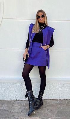 Foto: vanessalemoss - Queridinha dos looks de inverno, a meia-calça confere presença ao visu e acompanha a vibe aconchegante de roupas de frio como casacos e botas. Conjuntinho azul com saia e colete, blusa de gola alta meia-calça e coturno. Knee Boots, Ideias Fashion, Leather Skirt, Autumn Fashion, Skirts, Outfits, Instagram, Dresses, Outfit Ideas