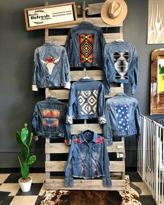 Painted Denim Jacket, Denim Ideas, Denim Crafts, Painted Clothes, Denim And Lace, Diy Clothing, Denim Fashion, Jean Jackets, Refashion