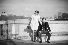 married couple// couple marié ; on a bridge//pont ; Paris ; skiss ; short wedding dress// robe de mariée courte ; bouquet ; black & white photo// photo noir & blanc http://www.skiss.fr/