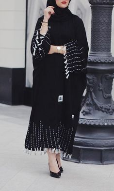 مدل مانتو طرح عبا بلند زنانه 2019 جدید - Tesettür Şalvar Modelleri 2020 - Tesettür Modelleri ve Modası 2019 ve 2020 Abaya Fashion, Muslim Fashion, Modest Fashion, Fashion Dresses, Modern Abaya, Black Abaya, Modele Hijab, Outfit Look, Abaya Designs