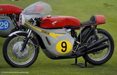 1967 Honda RC181 GP Road Racer No.9 Mike Hailwood Vintage Racer  http://www.theworldofmotorcycles.com/_honda_rc181_1967_racer.html