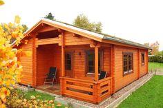 Das Ferienhaus Spessart von Wolff Finnhaus überzeugt vor allem durch seine schöne Raumaufteilung und die klassische Bohlenoptik. Style At Home, Tiny House Design, House In The Woods, Shed, Outdoor Structures, House Styles, Home Decor, Wood Houses, Small Houses