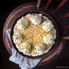 Tätä kakkua leipoessa pullan maun voi lähestulkoon maistaa suussa pelkästään jääkaappiin kurkistamalla. Salaisuutena on tietenkin pullamauste kardemumma. Icing, Pie, Desserts, Food, Torte, Tailgate Desserts, Cake, Deserts, Fruit Cakes