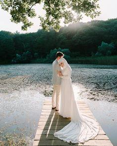 Wedding Poses, Wedding Couples, Wedding Dresses, Wedding Photoshoot, Wedding Ideas, Hijab Makeup, Bridal Hijab, Couple Photoshoot Poses, Braut Make-up