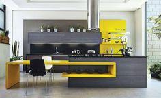 Preto e branco, com mesa embutida amarela.  http://www.decorfacil.com/cozinhas-com-ilha-central/