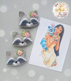 Повязки,заколки, игрушки💕 в Instagram: «Продолжаю воплощать ваши идеи из опросника😊 Енотиков решила украсить клевером, по-моему очень мило получилось 😍 _____ Енот - 350…» Cute Crafts, Felt Crafts, Fabric Crafts, Sewing Crafts, Felt Animal Patterns, Stuffed Animal Patterns, Animal Bows, Felt Mobile, Handmade Felt