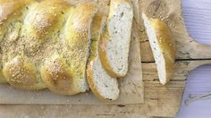 Pikanter Sesam-Hefezopf mit Oliven und Rosmarin   http://eatsmarter.de/rezepte/kleine-osterkraenze