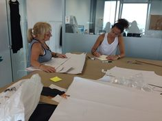 Cori la encargada de taller y Noe nuestra súper diseñadora trabajando en la próxima colección de #orelsebcn