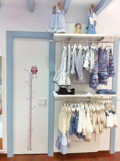 Medidor en vinilo infantil buho rosa. Decoración de puertas en tienda de ropa.